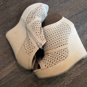 Shoes - Women's tan wedges